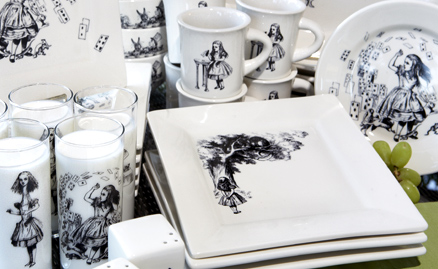 Alice in Wonderland dishware. I'm in love.